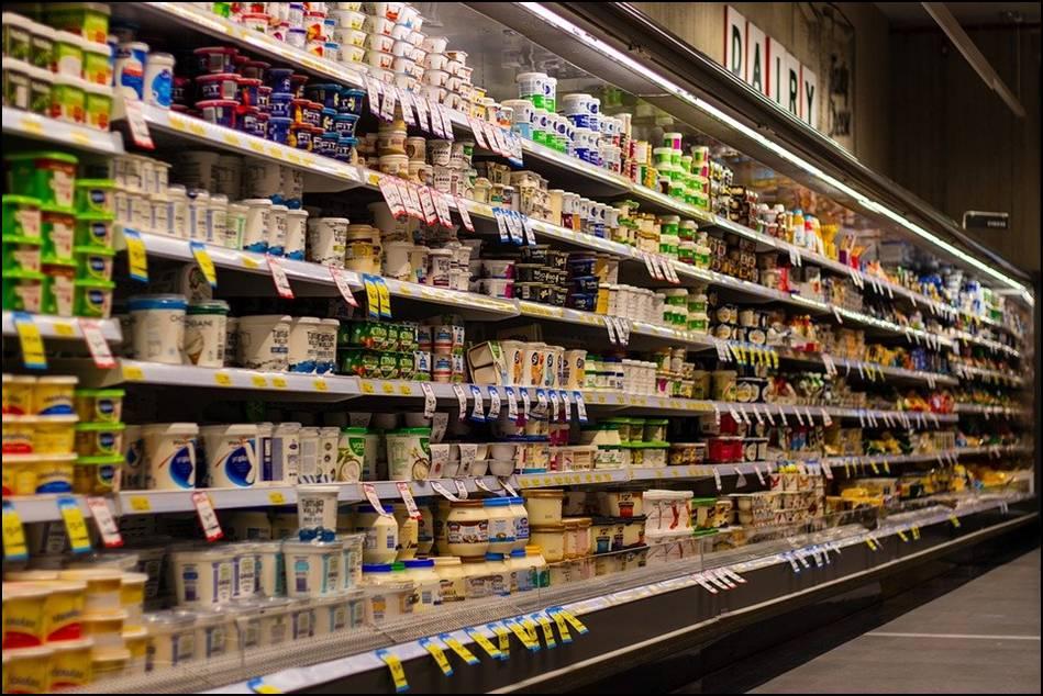 Regały chłodnicze do ekspozycji produktów spożywczych.